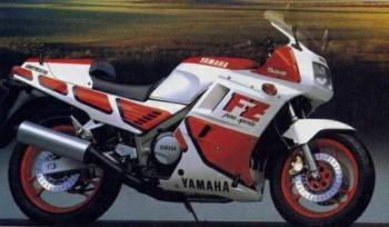 1987 FZ750 2MG 4/1. Retoques en la suspensión, carenado integral, el escape pasa a ser 4 en 1 y desaparece el caballete (malo, malo).
