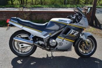 1988 FZ750 3BV Igual que la anterior pero con importantes retoques en el motor que elevan la potencia a 91 cv. Éste es el modelo de esta prueba.